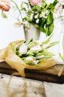 Bouquet de tulipes sur planche à découper — Photo de stock