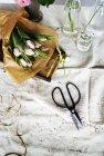 Fiori sul coperchio bianco da tavola — Foto stock