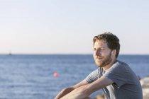 Mitte erwachsener Mann am Strand — Stockfoto