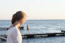 Молода жінка на пристані — стокове фото