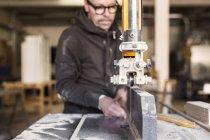 Карпентер, використовуючи стрічкової пили скоротити дерева — стокове фото
