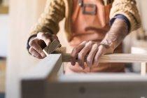 Charpentier bois en atelier de lissage — Photo de stock