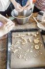 Сім'я випічки разом в домашніх умовах — стокове фото