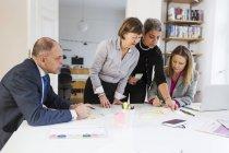 Geschäftsleute, die Kommunikation im Büro-Schreibtisch — Stockfoto