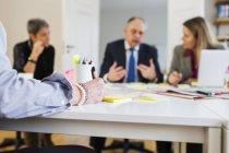 Uomini d'affari che comunicano alla scrivania — Foto stock