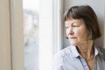 Empresária, sentada no peitoril da janela — Fotografia de Stock