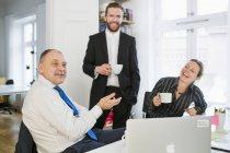 Gente di affari che comunica nell'ufficio — Foto stock
