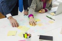 Uomini d'affari che preparano promemoria alla scrivania — Foto stock