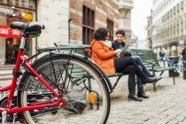 Bicyclette garée devant des amis — Photo de stock