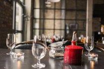 Bicchieri di vino e condimenti in tavola — Foto stock