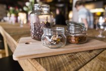 Noci e fiocchi di peperoncino in barattoli — Foto stock