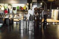 Подрібнювачі перець і столові прилади — стокове фото
