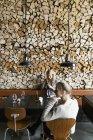 Amici femminili al tavolo nel ristorante — Foto stock