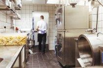 Männlichen Chef Wandern in Großküchen — Stockfoto
