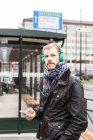 Man écoute musique — Photo de stock