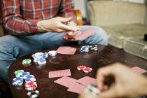 Due uomini giocano a carte a casa — Foto stock