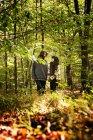 Young Couple walking im Wald — Stockfoto