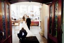 Braut und Bräutigam in Kirche — Stockfoto