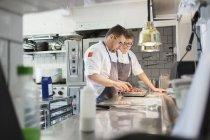Jóvenes chefs con chiles - foto de stock