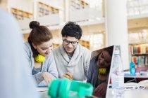 Lächelnden Freunde diskutieren Notizen — Stockfoto