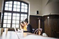 Amici al tavolo di caffè — Foto stock