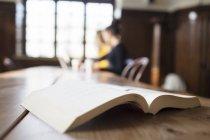 Primo piano del libro sul tavolo — Foto stock