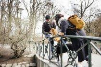 Casal com cães de pé na ponte — Fotografia de Stock
