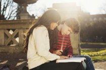 Junge und Mädchen lesen Buch — Stockfoto
