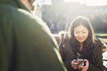 За допомогою смарт-телефон дівчинки-підлітка — стокове фото
