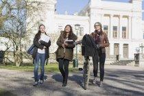 Glücklich Studentinnen — Stockfoto