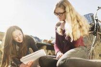 Amici adolescenti lettura libro — Foto stock