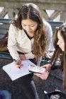 Adolescenti che utilizzano calcolatrice — Foto stock