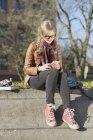 Дівчинка-підліток використання мобільного телефону — стокове фото