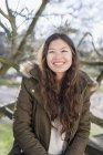Улыбающаяся девочка-подросток — стоковое фото