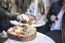 Mittelteil von Menschen, die Brot — Stockfoto