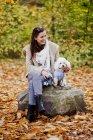 Счастливая женщина с Бишоном Фризом — стоковое фото