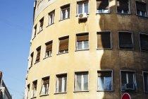 Residencial edificio contra cielo - foto de stock