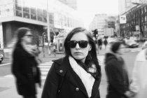 Уверенная молодая женщина в солнечных очках — стоковое фото