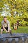 Amigos se exercitando no campo gramado — Fotografia de Stock