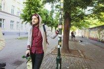 Uomo riflessivo con skateboard — Foto stock