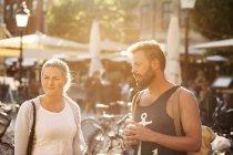 Freunde in der Stadt im Sommer — Stockfoto