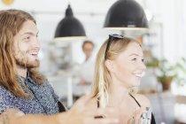 Glückliches Paar im Restaurant wegschauen — Stockfoto