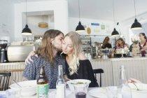 Junger Mann küssen Frau — Stockfoto