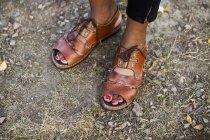 Femme debout sur un terrain de dirt — Photo de stock