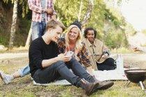 Amis heureux utilisant le téléphone mobile — Photo de stock