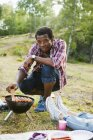 Людина на грилі сосиски — стокове фото