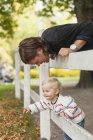 Отец смотрит на милую девочку — стоковое фото