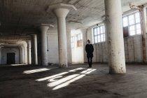Empresário solitário em prédio abandonado — Fotografia de Stock