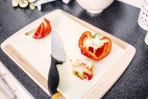 Peperone rosso e coltello — Foto stock