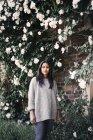 Frau steht am Baum — Stockfoto